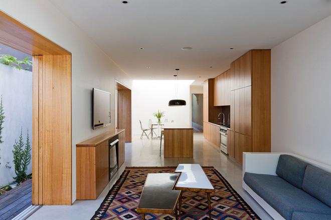 Vẫn giữ chất liệu gỗ làm chủ đạo, nhưng chủ nhân của ngôi nhà đã biết tiết chế hơn trong cách thiết kế. Bằng chứng là phòng khách này đây, chỉ sử dụng chất liệu gỗ để chấm phá rất đơn giản nhưng mà không gian vẫn hiên đại, sang trọng.