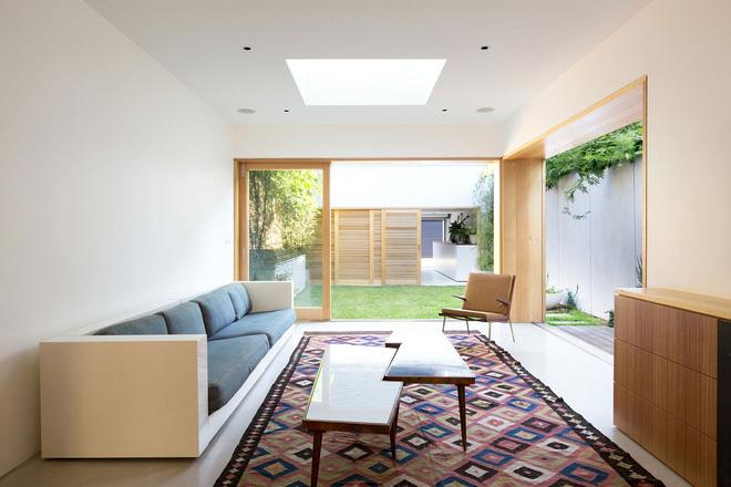 Khi mở lớn những cánh cửa trước và sườn hông thì luồng ánh sáng tự nhiên lớn sẽ tràn vào nhà nhờ thiết kế mở, giúp ngôi nhà thoáng đãng và tươi mát.