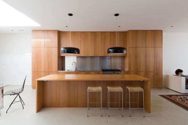 uân thủ theo phong cách thiết kế đó, phòng bếp tiếp tục là sự xuất hiện của gỗ và sàn gạch bóng. Tối giản đến vô cùng nhưng bao đẹp và chất các bạn nhé.