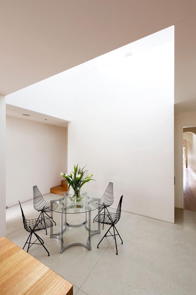 goài ra, chủ nhân bố trí thêm một bàn uống trà đơn giản, nhỏ nhắn, vừa đủ ở không gian trống giữa nhà khách và nhà bếp. Đây có thể dùng làm nơi thưởng trà, đọc sách và làm việc.