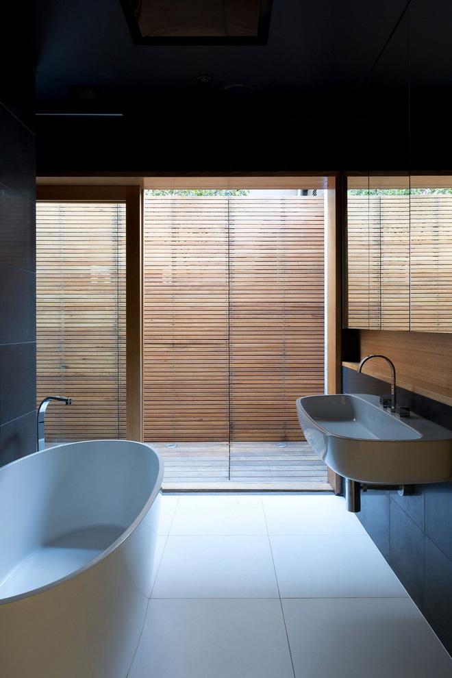 Với việc sử dụng mảnh rèm bằng tre thay vì cửa kính đóng kín sẽ làm bạn cảm giác chốn thâm sơn đang hiện diện, nhưng nội thất ở đây lại hiện đại, sang trọng. Hai phong cách đối ngược nhau, nhưng tựu trung lại vẫn hòa hợp đến lạ.