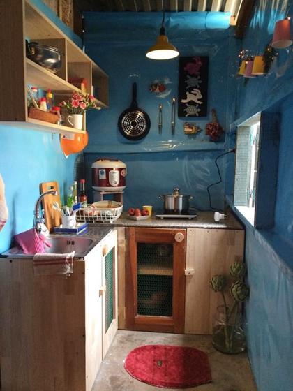 Điểm cộng của các khu homestay là thường có không gian chung là phòng khách, phòng ăn và bếp. Bếp có đầy đủ vật dụng, gia vị, du khách chỉ cần mua đồ về nấu hoặc có thể đặt chủ nhà chế biến.