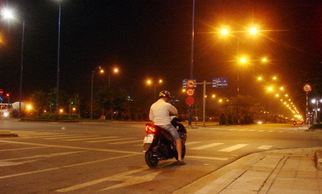 Đại lộ Mai Chí Thọ (Q. 2, TP.HCM) lúc 23g đêm hoàn toàn không có xe qua lại, một bạn trẻ bảng số F (Q. 3, TP.HCM) vẫn đứng chờ đèn đỏ rất nghiêm túc, ngay vạch - Ảnh: M.C