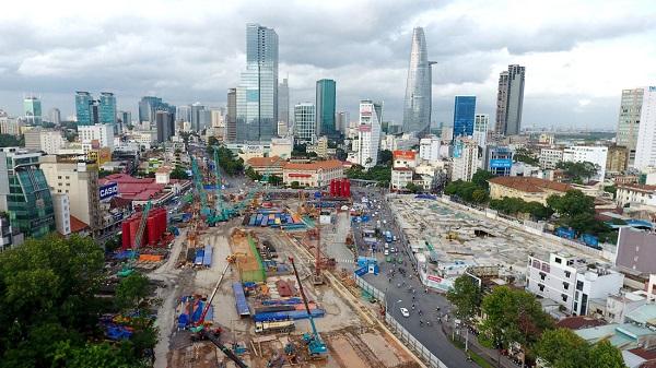 Công trường gói thầu 1a dài 747m từ chợ Bến Thành tới Nhà hát thành phố hiện đã thi công đạt 13,5% khối lượng – Ảnh: THUẬN THẮNG