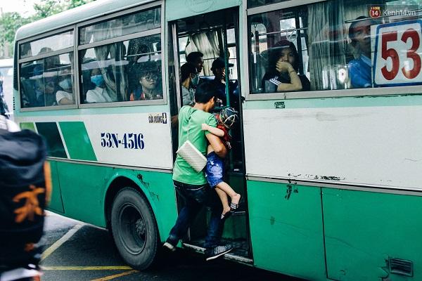 Từ 5 giờ chiều, những tuyến xe buýt bắt đầu hoạt động tấp nập hơn. Có những chuyến xe từ Làng Đại học Thủ Đức về các quận huyện trong thành phố luôn chật kín người. Nhiều nhất vẫn là sinh viên và công nhân đi làm.