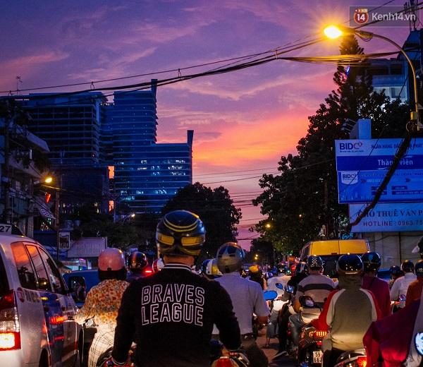 Nếu phía trước bạn là cảnh tượng này thì chỉ có thể là đã 6 giờ tối rồi. Khắp các ngõ đường lớn nhỏ ở Sài Gòn sẽ chật kín xe cộ.