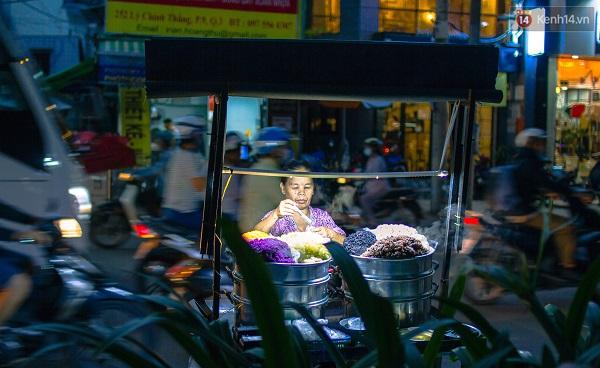 """Và có một điều đặc biệt ở Sài Gòn, là có những món ăn đường phố chỉ xuất hiện khi thành phố lên đèn. Một số người bán cho biết họ chọn bán từ chiều đến tối vì lượng người ăn đông hơn. """"Người Sài Gòn thích lê la ăn vặt sau giờ tan ca!"""""""