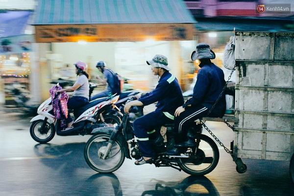 """Đến gần 7 giờ, xe gom rác bắt đầu hoạt động ở một số khu vực. Chuyện xe rác """"xông pha"""" vào giờ cao điểm cũng là câu chuyện gây khó chịu cho biết bao người đi đường ở Sài Gòn. Kẹt xe đã đành, xe rác còn chiếm hết một nửa lòng đường và bốc mùi khó chịu."""