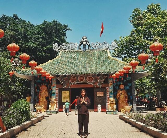 Chính giữa điện thờ Phật Di lặc, hai bên Miếu Phù Châu thờ Phật Tổ Như Lai và Địa Mẫu. Bước vào không gian bên trong ngôi miếu bạn sẽ thấy những vòng nhang được treo khắp nơi tạo cho không gian nơi đây thêm phần linh thiêng.