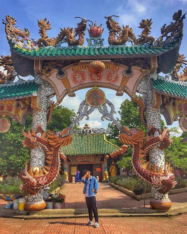 Với kiến trúc độc đáo, sự linh thiêng, Miếu Phù Châu thu hút rất nhiều khách hành hương tìm đến tham quan, cầu an vào những ngày rằm, mùng một và dịp lễ Tết!