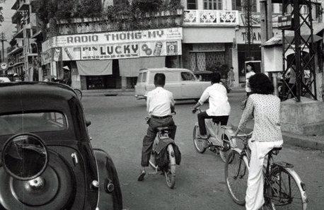 Ngã tư Đinh Tiên Hoàng - Phan Thanh Giản (nay là Điện Biên Phủ) nhưng năm 60 thế kỷ trước, dù đường vắng, không có vạch chờ đèn đỏ nhưng xe cộ dừng đèn đỏ rất đàng hoàng - Ảnh tư liệu