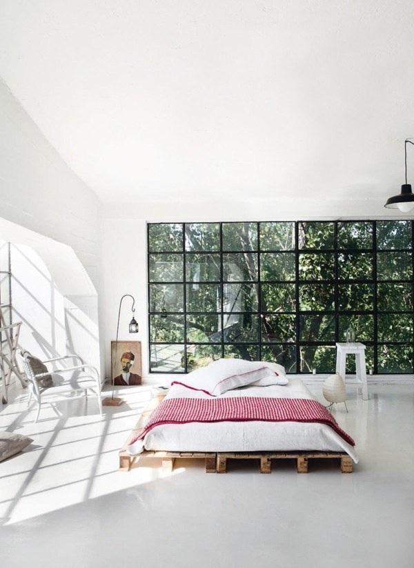 1. Tận hưởng ánh nắng chan hòa chiếu thẳng tới chiếc giường ván gỗ độc đáo nằm chính giữa phòng.