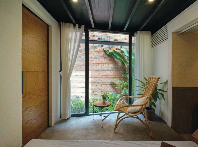 Góc thư giãn trong phòng ngủ tiếp cận với mảng vườn xanh mát.