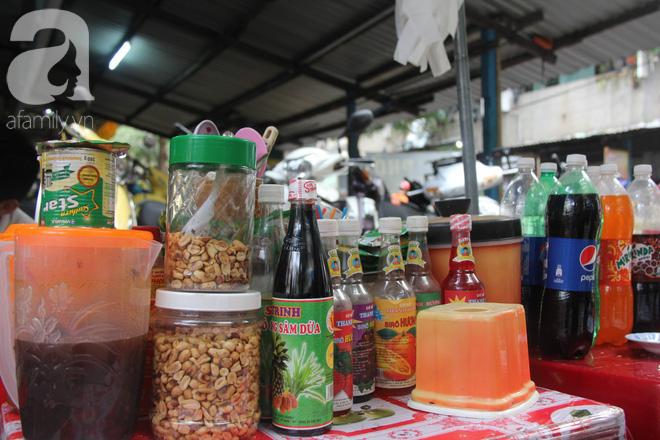 Ngoài cacao đá, một số loại nước uống khác cũng được Tám bày bán để phục vụ khách hàng.
