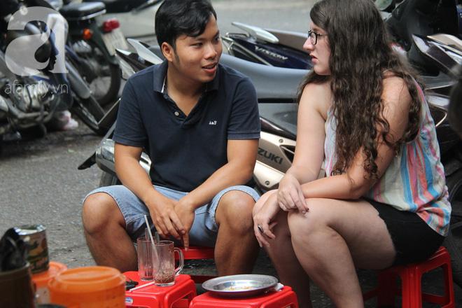 Không chỉ có khách Việt, một số du khách cũng tìm đến quán Tám để thưởng thức món ngon Sài thành.