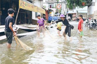 Để sống chung với cảnh ngập 3 ngày liên tiếp nước chưa rút, người dân đổ xô đi bắt cá.