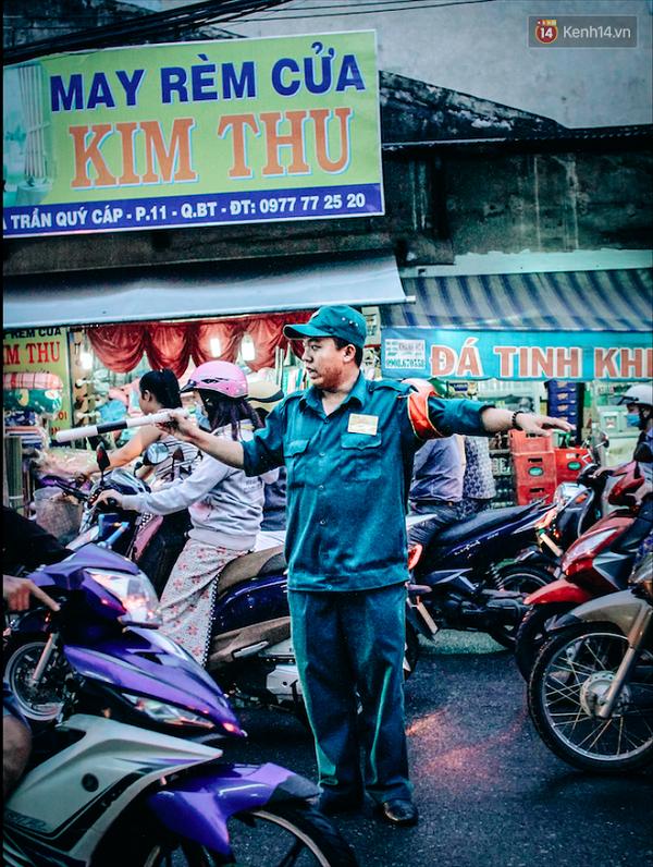 Có những ngả đường chỉ đông đúc, nhưng cũng có những điểm đen giao thông luôn kẹt cứng hàng giờ – chỉ cần là từ 6 giờ tối trở đi, bất kể ngày nào (trừ cuối tuần). Kẹt xe là đặc sản của Sài Gòn!