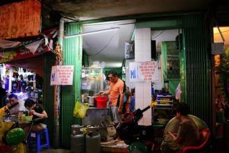 Tiệm mì của anh Hùng tại góc mũi tàu Nguyễn Trãi – Trần Phú (quận 5) không có tên, không gian chỉ đủ khoảng 10 người với bàn ghế inox, luôn sáng đèn trong 17 năm qua. Thực đơn của tiệm có nhiều món mì như: phá lấu lòng bò, bò viên cà ri, cá thác lác, gân bò, nhưng thương hiệu mì cá viên cà ri lại được nhiều thực khách biết đến nhất.
