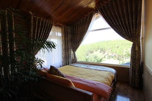 Tầng áp mái có giường ngủ, không gian hơi hẹp song tạo cảm giác ấm cúng, có view ra phong cảnh đẹp như đồi thông, làng hoa... là điểm nhấn của nhà cho thuê. Các căn bungalow thường cho thuê trọn gói, không bán lẻ phòng hay giường ngủ, giá khoảng 1,2 triệu đồng một đêm.