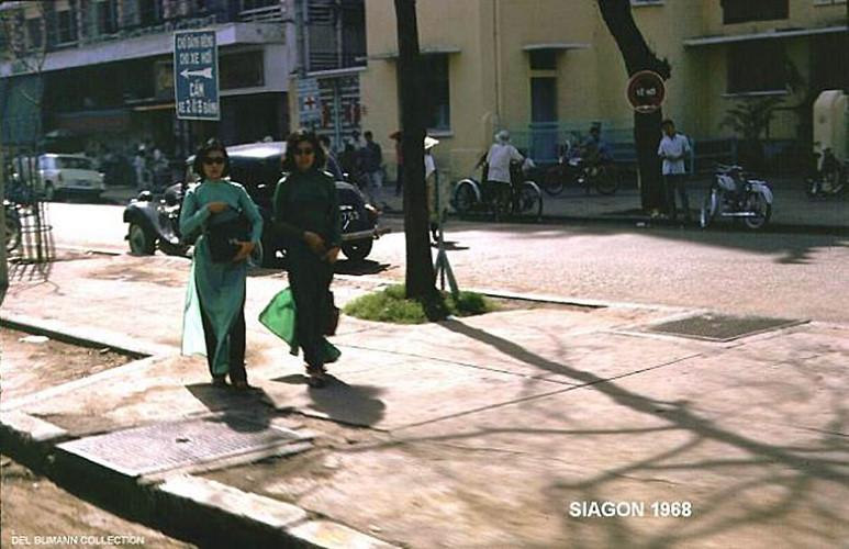 Vỉa hè đại lộ Lê Lợi, phía trước Bệnh viện Sài Gòn. Ảnh: 6thofthe31st.