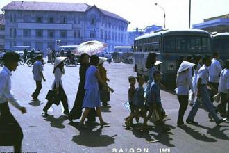 Bến xe buýt trung tâm ở phía trước chợ Bến Thành, Sài Gòn năm 1968. Ảnh: 6thofthe31st.