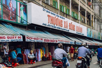 Nằm trên đường Trần Hưng Đạo (Q.5, TP.HCM), chợ vải Soái Kình Lâm lâu nay được nhiều người Sài Gòn biết đến như là một ngôi chợ chuyên buôn bán vải các loại lâu đời nhất ở Sài Gòn.