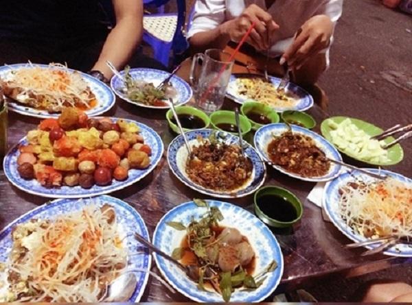 Hẻm 51 Cao Thắng, quận 3 Con hẻm gần chợ Bàn Cờ mỗi chiều tấp nập thực khách với nhiều quán ăn như bánh bèo, súp cua, phá lấu, há cảo… đặc biệt là quán cháo Tiều 70 năm. Các món hải sản như ốc, cua, sò cũng được thực khách yêu thích. Giá cả ở đây được cho là bình dân, từ 20.000 đồng một phần. Ảnh: Ngân Võ.
