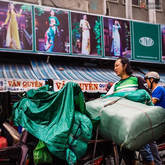 Chợ là đầu mối cung cấp vải cho nhiều cửa hàng, đại lý và các tỉnh lân cận. Thường thì vải sẽ được đóng thành bao to và chuyển đi theo đơn trong ngày.
