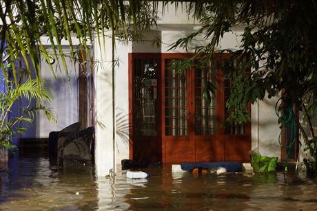 Căn biệt thự bị ngập sâu trong nước. Chủ nhà phải phải đi nơi khác chờ nước rút mới về nhà.