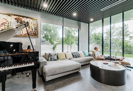 Trong không gian phòng khách có đặt những nhạc cụ yêu thích của gia chủ. Ngồi chơi nhạc giữa không gian mở giúp cho âm nhạc tràn ngập khắp căn nhà. Người chơi nhạc sẽ như được ngồi giữa thiên nhiên rộng lớn để hòa mình trọn vẹn vào những nốt nhạc.