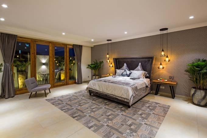 Căn nhà được bố trí 6 phòng ngủ cho vợ chồng, các con và khách đến chơi. Điểm đặc biệt, tất cả các phòng được hưởng ánh sáng tự nhiên từ khu vực giếng trời, có không gian phía sau và ban công để trồng cây xanh.