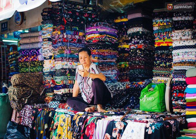 Đa số các sạp vải đều có lượng khách quen và thường thì họ chỉ trao đổi công việc qua điện thoại, sẽ có người chở vải đến tận nhà. Chỉ khi có đợt hàng mới về với nhiều mẫu mã vải thời trang thì những người mua sỉ mới đến tận nơi để xem chất lượng và ngã giá.