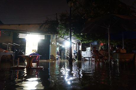 Khu nhà giàu đã vậy, khu nhà nghèo gần cầu Kinh Thanh Đa (Q.Bình Thạnh) còn thê thảm hơn.