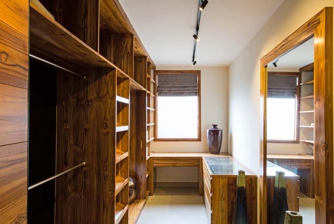 Điểm đặc biệt, toàn bộ nội thất, từ cánh cửa, cầu thang, bàn ăn, giường ngủ đến tủ quần áo… được làm bằng gỗ Tek nhập từ châu Phi – một loại gỗ quý có vân đẹp, đạn bắn không thủng, lửa đốt không cháy