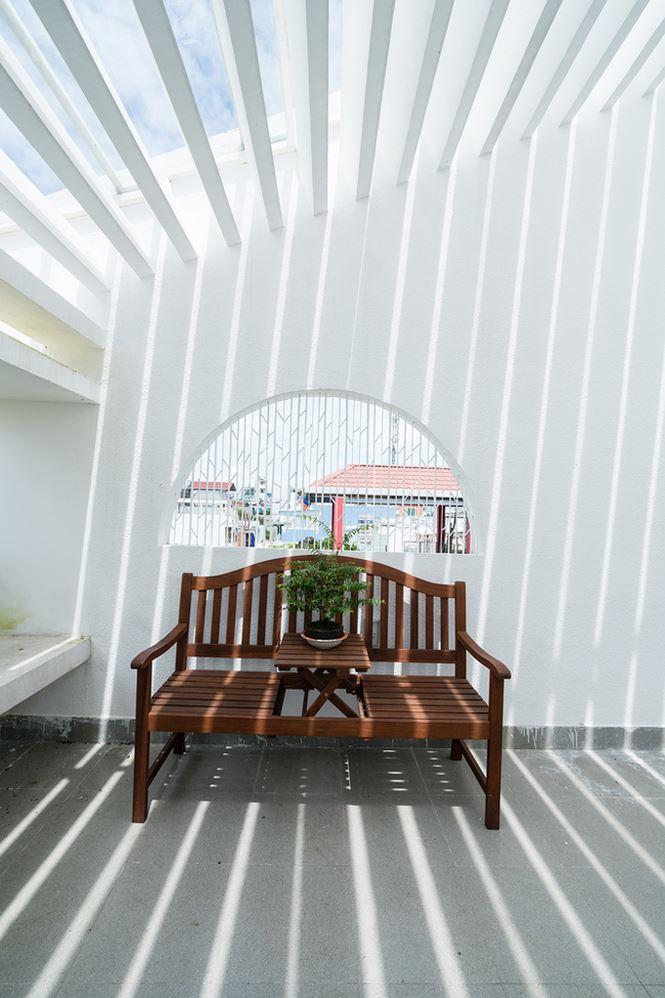 Sân thượng được bố trí khoảng không gian nhỏ làm nơi nghỉ ngơi, thư giãn.