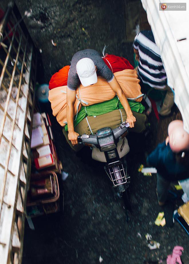 Vì chợ vải Soái Kình Lâm chuyên bán sỉ, cung cấp số lượng lớn nên lượng tiêu thụ ở đây mỗi ngày rất nhiều, lên tới con số hàng tạ vải.