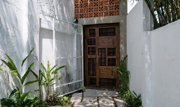 Nằm giữa khu dân cư ở quận Bình Thạnh của thành phố Hồ Chí Minh, ngôi nhà này mang lại sự yên bình và tĩnh lặng cho một gia đình Phật giáo.