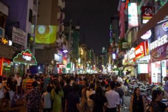 """Ngay từ chiều tối, đường Bùi Viện có rất đông người, trong đó có rất nhiều khách nước ngoài. Ai cũng khoác lên mình một bộ cánh thật """"rùng rợn""""."""