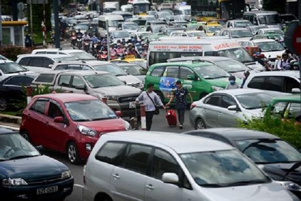 Xách hành lý chạy bộ là nỗi ám ảnh của hành khách khi vào sân bay Tân Sơn Nhất. Ảnh: Lê Quân.