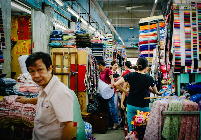 Theo người dân xung quanh, sở dĩ chợ có cái tên như thế bởi ngày trước có một nhà hàng hoa rất lớn tên là Soái Kình Lâm nằm kế bên chợ. Lâu dần, người ta quen miệng gọi luôn là chợ Soái Kình Lâm.
