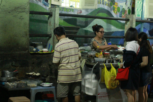 Hàng ốc bán đồng giá dễ cho khách lựa món.