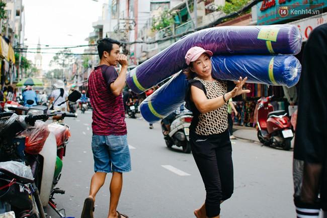 """Ở chợ Soái Kình Lâm này bất kể là phụ nữ, thanh niên hay người già… tất cả đều có cuộc sống gắn liền với những khúc vải đầy màu sắc. Từ bao đời nay, """"Thiên đường"""" vải vóc này đã tô điểm nhiều màu sắc, phục vụ và làm giàu thêm cho nét đẹp của Sài Gòn, và cả của người Sài Gòn nữa."""