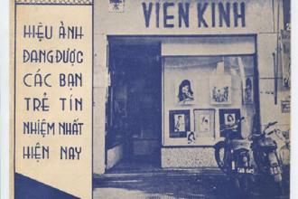 """Hiệu ảnh Viễn Kính của người thợ ảnh Đinh Tiến Mậu được mở trên đường Phan Đình Phùng (nay là đường Nguyễn Đình Chiểu) của Sài Gòn từ năm 1963.  """"Tôi ngưỡng mộ người tự nhận mình là một thị dân bình thường"""", Nguyễn Vĩnh Nguyên viết trên bìa bốn cuốn sách, """"Báo chí đương thời gọi ông Đinh Tiến Mậu - chủ ảnh viện Viễn Kính - là nhiếp ảnh gia, nghệ sĩ nhiếp ảnh bởi ông đã giữ lại những bóng hình nhan sắc hôm qua, nét hào hoa của Sài Gòn một thuở. Nhưng ông lại thấy mình chỉ là một thợ ảnh bình thường"""".  Những người thợ như ông Mậu vẫn sống và giữ gìn những ký ức quý giá của Sài Gòn trong hiệu ảnh nhỏ của mình, gần như vẹn nguyên qua những biến thiên thời cuộc.  Nói """"gần như"""", bởi những bức ảnh cũng có hình hài vật lý, cũng mất mát, cũng hư hao.  Thực hiện cuốn sách này, tác giả đứng trước một thử thách lớn: nghệ sĩ Đinh Tiến Mậu là người kiệm lời. Ông không thích tuyên ngôn. Nhiều nhà báo khác không thể hình dung có thể viết nổi một cuốn sách về ông.  Sài Gòn,thẩm thúy hằng,giai nhân Sài Gòn Cuốn sách Ký ức một ảnh viện Sài Gòn - Câu chuyện Viễn Kính .  Trong 3 tháng tiếp cận và trò chuyện, Nguyễn Vĩnh Nguyên nhiều lần thấy nhân vật lúng túng khi được hỏi về """"quan điểm nghệ thuật, lý thuyết nhiếp ảnh và các vấn đề có vẻ hệ trọng khác"""". Với nhiều nhà báo, đó sẽ là một hụt hẫng. Họ sợ thiếu thông tin. Nhưng với anh, đó là một hạnh ngộ.  Và anh viết về Viễn Kính, về Đinh Tiến Mậu qua lời kể của chính ông. Trong lời nói của ông không có tuyên ngôn, mà là những mẩu chuyện đôi khi rời rạc về cuộc đời của một con người vốn có duyên gắn bó với nhiều con người. Những mẩu chuyện đó, khi gộp lại, cũng đủ tạo nên một bầu không khí miền Nam trước năm 1975.  Trong cuốn sách cũng không in tuyên ngôn to tát nào. Nhưng suy ngẫm về nghề thì rất nhiều. Đây là một trong số đó: """"Mỗi bức ảnh là khoảnh khắc chỉ đến một lần nhưng mang biết bao suy nghĩ về số phận, nhận về biết bao niềm trân quý giữa cuộc đời nhiều dịch biến"""" (trang 83).  Thẩm Thúy Hằng mặc áo dài bà Nhu, Diễm Thúy khoe khuôn """