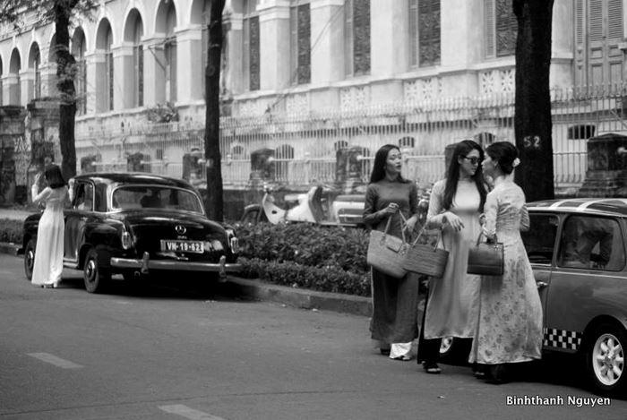 Dù chỉ có 2 chiếc ô tô xuất hiện trong bộ ảnh những cách ăn mặc và phong cách tự nhiên của những cô gái đã làm nên cái hồn cho bộ ảnh