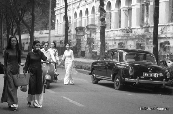 Những thiếu nữ trong tà áo dài đi bộ thảnh thơi cạnh xe Vesoa, Mercedes-Benz W120 gợi nhớ hình cảnh của thập niên 60, 70 về trước của Sài Gòn