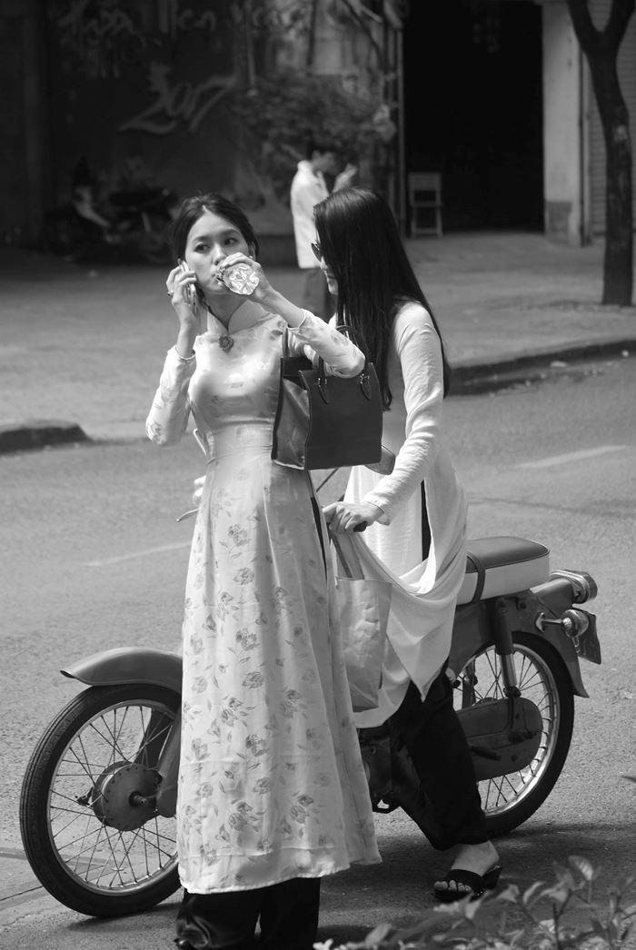 Thiếu nữ Sài Thành trong bộ áo dài dân tộc và chiếc Cub