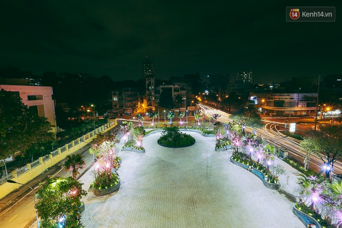 Một góc sân thượng tầng 3 (phần khối đế của tòa nhà) về đêm.