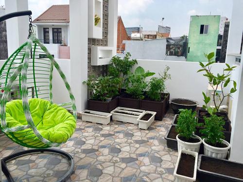 Ngoài nấu nướng, chị Ngọc Trân còn thích trồng trọt. Chị có một sân thượng trồng nhiều loại rau và cây ăn quả như ổi, cóc, táo.