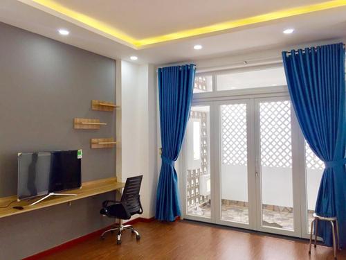 Ngôi nhà được thiết kế tông màu chủ yếu là xám-đen-trắng, xanh-trắng (cho phòng các con). Phong cách hiện đại, tối giản, đồ đạc ít nhưng tiện nghi được lòng cả gia đình 3 thế hệ nhà chị Trân.