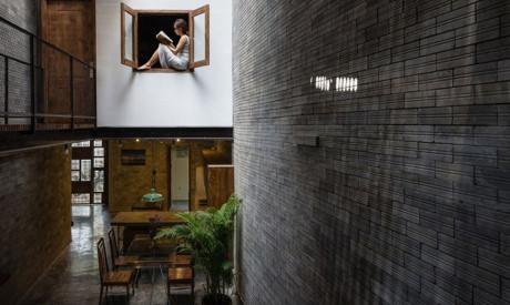 Studio HA của Việt Nam đã thiết kế ngôi nhà bằng bê tông, gạch, gỗ và ánh sáng.